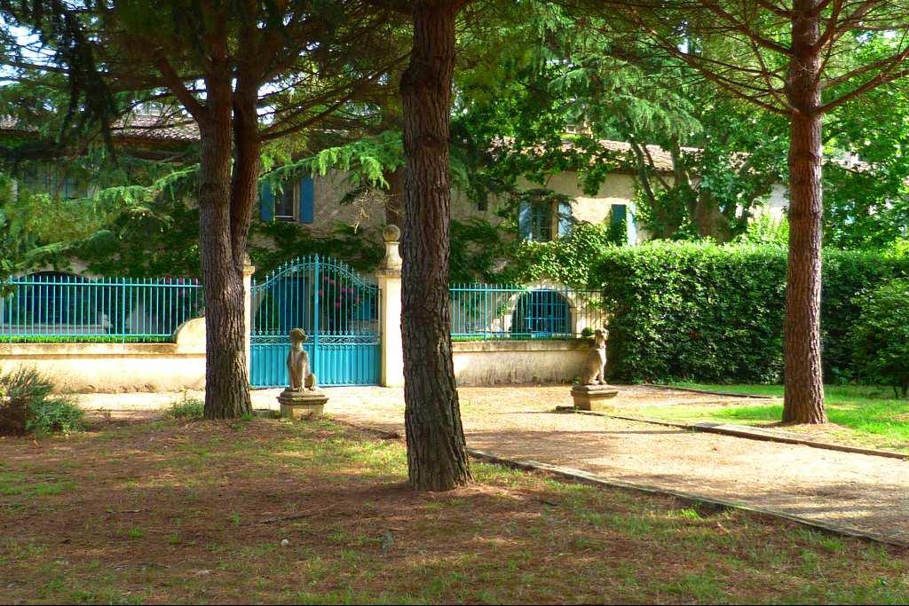 Exclusivité. A vendre, un domaine unique chargé d'histoire.   Idéalement situé entre Montpellier et Nîmes, à 10mn de la mer et 20mn aéroport. 5mn autoroute et toutes commodités. Batisse crée en 1789, ancienne propriété de la famille de Victor Hugo. Lieu magique, édifié au centre de 2 hectares de parc avec bassin, piscine, potager et arbres bi centenaire. En plus de la propriété se rajoute une allée de Platanes, une cave batie en 1898 d'une superficie de 770m2, actuellement à usage de salle de reception et cuve viticole. Fort potentiel, possibilité de rachat de 2 hectares complementairs. Agence Galerie Casanova. Pour plus de renseignements, vous pouvez joindre directement  Jerome Quéméneur au 06.65.95.96.07.