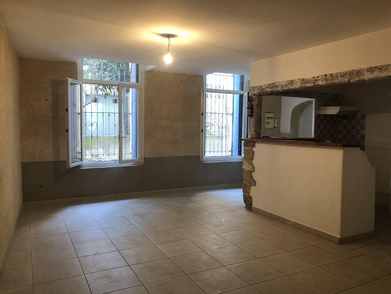 Dans le centre du village de Capestang, appartement T3 d'environ 76 m².  L'appartement est situé dans un immeuble comprenant trois appartements et est situé au rez de chaussée.  Il se compose d'une grande pièce à vivre de 36 m² avec une partie cuisine ouverte. La cuisine est séparée du salon par un bar et comprend un évier, un plan de travail, une hotte et des rangements.  L'appartement comprend deux chambres de 15 m² et de 16 m², dont la dernière est équipée de placard.  Il y a une salle d'eau comprenant une douche, un lavabo, un chauffage et du rangement.   Il y a aussi une pièce où se situe un branchement pour machine à laver, et une loggia de 14.18 m²  L'appartement est équipé de chauffages électriques.  Le loyer est de 500 € hors charges, plus 16 € de charges qui correspondent à la taxe d'ordures ménagères.  Le dépôt de garantie est de 500 €.  Les honoraires de location sont de 500 €.  Cet appartement est disponible de suite.
