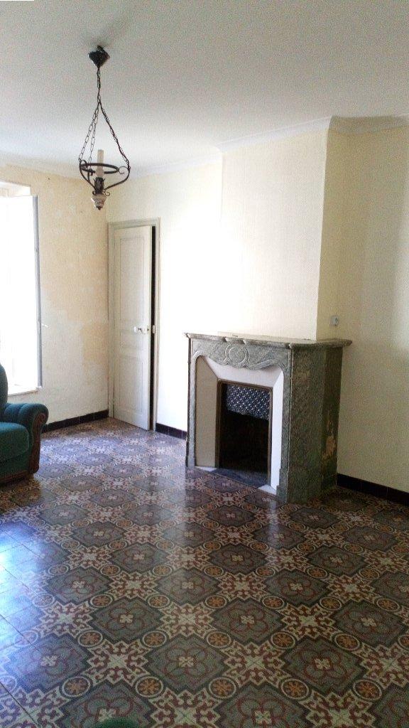A PUISSERGUIER, village tous commerces, à 15 min de BEZIERS.  Maison de village T8 de 190 m² habitables comprenant au rez de chaussée une entée desservant un salon de 21 m² avec cheminée ancienne, une cuisine,  et une partie plus moderne comprenant  une salle d'eau, un cellier, une pièce de 12 m², un séjour de 38m² et une cuisne aménagée donnant sur la cour.  Au 1er étage, 2 chambres de 13 m², une pièce, grenier aménageable de 75 m², salle de bain,wc  Au 2ème étage, 2 chambres de 12 et 15 m², une pièce  Une cour d'environ 50 m² à l'arrière  la maison et 50m².