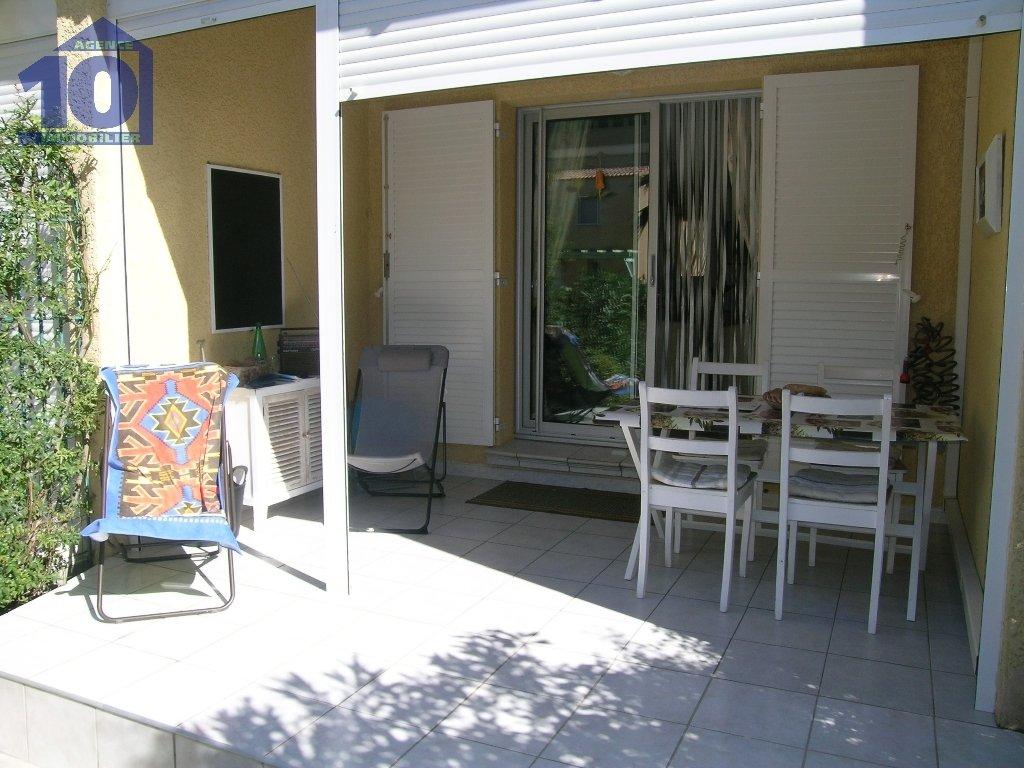 Pavillon T3 de 40m²  des années 2007 dans petite résidence sécurisée avec piscine de 30 copropriétaires, situé à 800 mètres de la plage, dans un secteur au calme, entre verdure et plage. Au rez de chaussée le pavillon se compose d'une entrée dans la pièce de séjour, avec une cuisine équipée donnant sur  2 terrasses devant et derrière , une salle de bains et un wc avec fenêtre. A l'étage, deux chambres adultes avec placard dont une en mezzanine  et un wc indépendant. Parking privatif devant la maison.